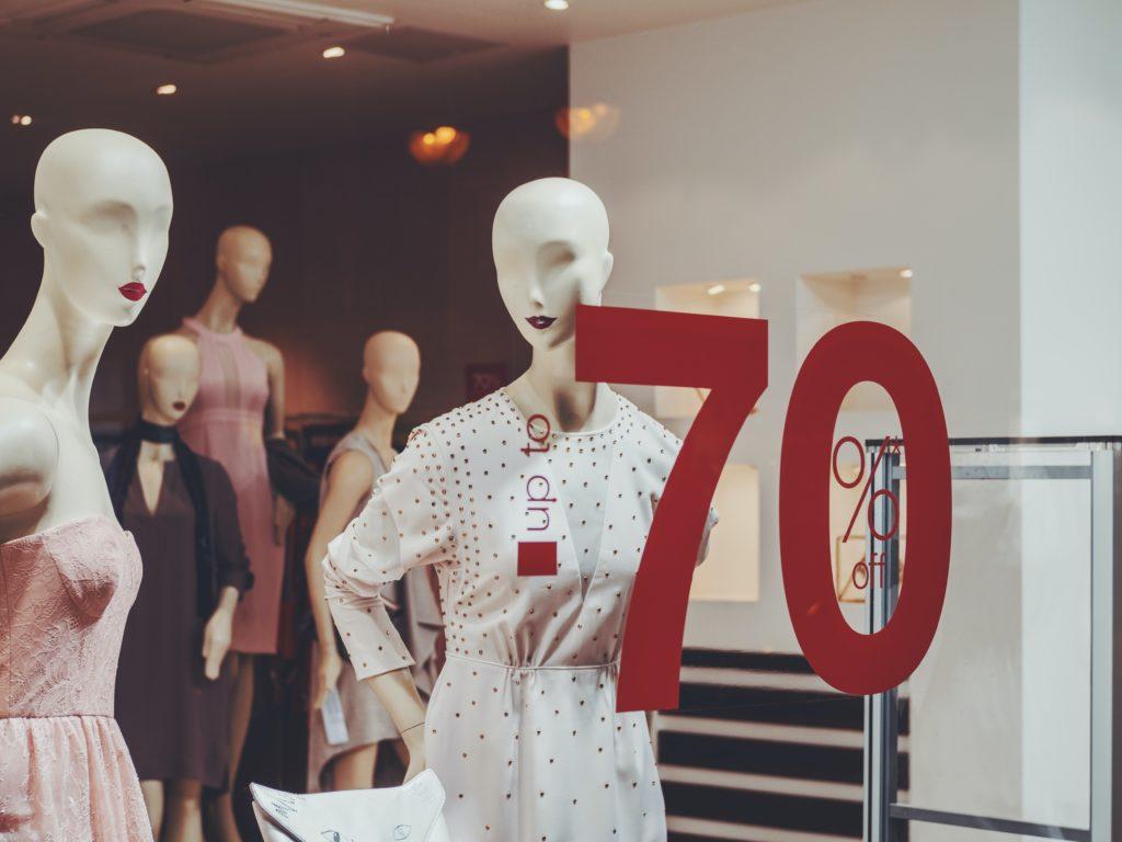 Mannequin et vitrine pendant une période de soldes
