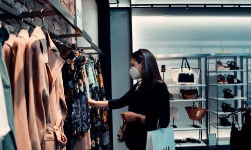 Un femme dans une boutique portant un masque contre le covid